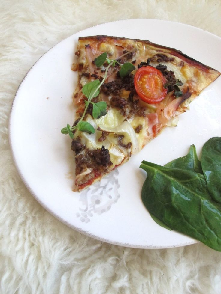 ELSKER PIZZA…her er enoppskrift med blomkålbunn! Det ligger utallige oppskrift varianterpå blomkålpizzabunn på nett, men syntes denne pizzabunnen henger veldig godt sammen og ble nokså sprø, i alle fall i kantene. Bilde og inspirasjon til oppskrift fra @www.sprudlendesunn.no BLOMKÅLPIZZA med kjøttfyll, timian og cherrytomater Pizzabunn oppskrift tilen stor pizzabunn- stekes 200 grader varmluft √ 1/2 …