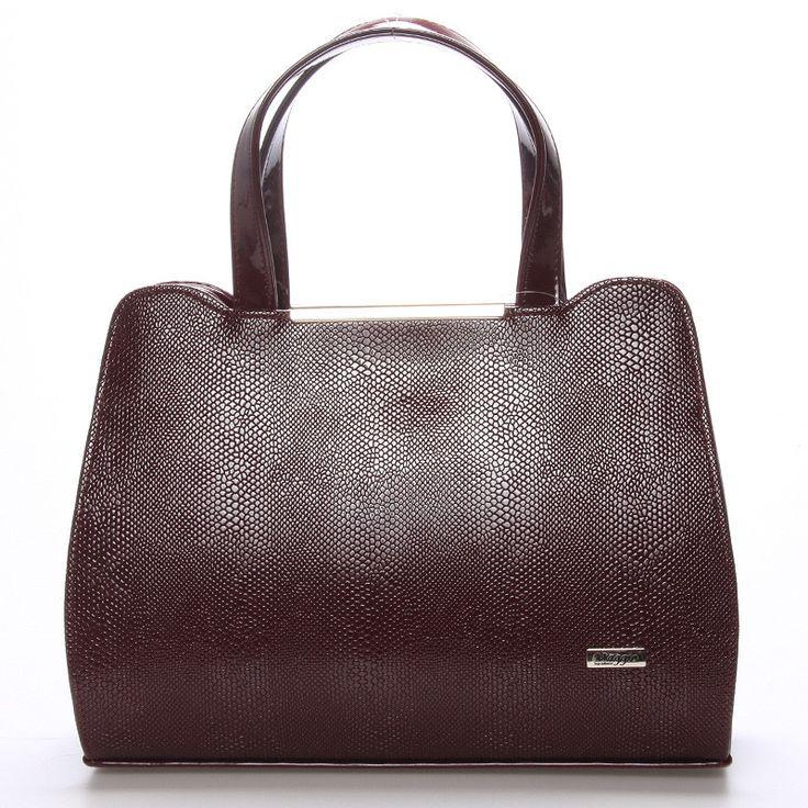 Luxusní kabelka do ruky Maggio z kolekce 2016 ve vínové barvě. Kabelka je lakovaná, na přední straně saffianová. Uvnitř jsou dvě kapsy rozdělené zipem a menší kapsa bez zipu. Kabelka je pevná,drží tvar. Součástí je nastavitelný popruh.