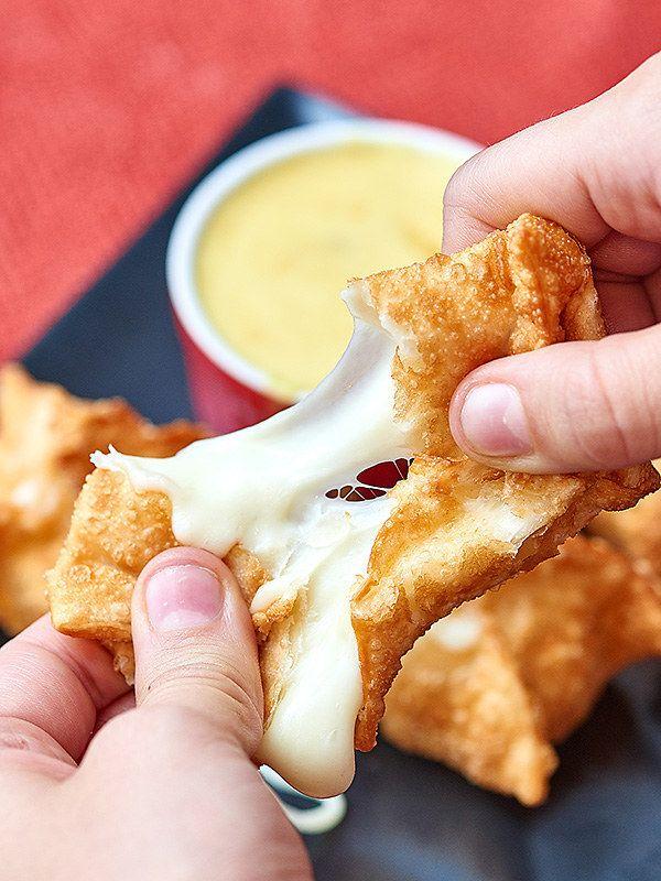 Wantanes de queso acompañados de salsa hecha de mostaza a la miel | 25 Formas gloriosas de comer más queso fundido