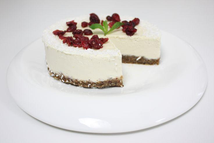 Cheesecake de lămâie raw vegan (toate ingredientele sunt crude). Adio zahăr, adio cuptor, pa făină!  Gustul? Senzaţional!  Reţeta o puteţi găsi aici în format text dar şi video: http://www.babyboom.ro/cheesecake-de-lamaie/