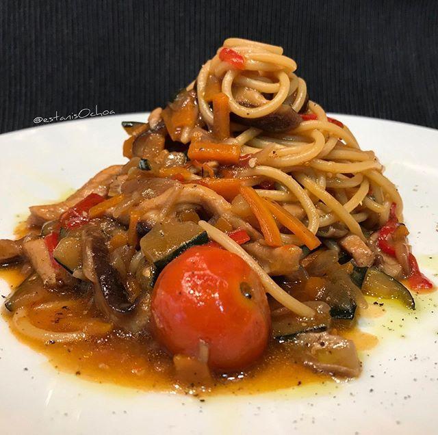 Hoy A Tocado Spaghetti Con Pechuga De Pollo Y Salteado De Verduras Y Setas Shiitake Con Salsa De Soja Receta Mu Verduras Salteadas Pechuga De Pollo Verduras
