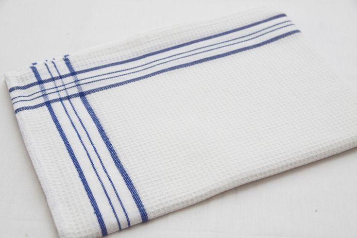 Kuchenna ścierka koloru białego z pasem niebieskim