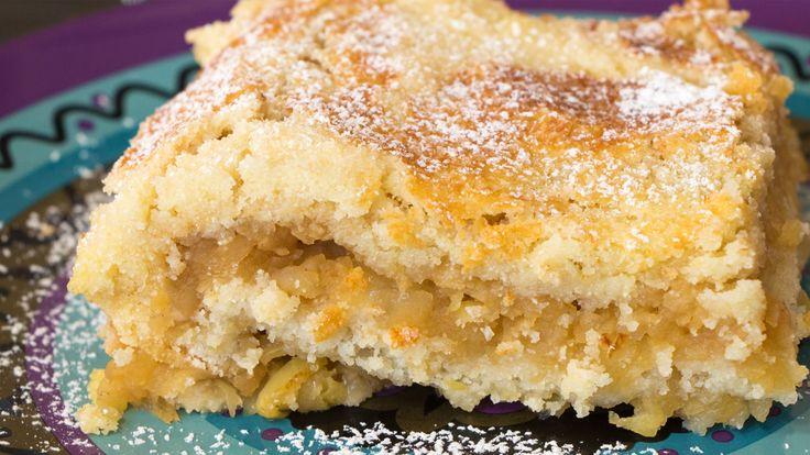 Dieser Apfelkuchen kommt ganz ohne Milch und Eier aus, man kann ihn somit super als veganen Kuchen nutzen! Mit lecker fruchtig süßen Äpfeln passt er ideal zur kälteren Jahreszeit. Viel Spaß beim backen!<br><br><b>Omas Apfelkuchen </b><br><br>saftiger und fruchtiger Apfelkuchen ohne Ei und Milch. Für 12 Stücke.<br><br><b>Zutaten</b><br><br>250 g Mehl<br>250 g Grieß<br>1,5 kg Äpfel+ Saft von den Äpfeln<br>110 g Butter oder Margarine<br>2 Vanillezucker<br>1 Backpulver<br>1 ...