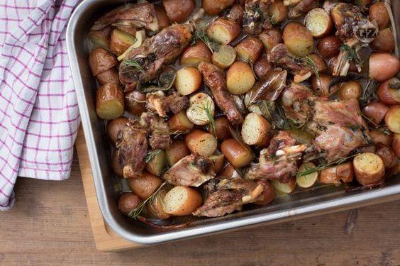 L'agnello al forno con patate è un secondo piatto ricco e saporito perfetto per i menu pasquali.
