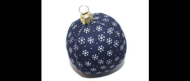 Deko und Accessoires für Weihnachten: Weihnachtskugel Kugel Schneeflocken blau weiß made by Eisbaerchenmama via DaWanda.com