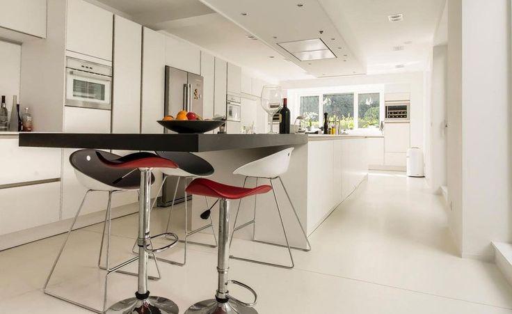 Diseño de cocina luminosa y con campana de techo
