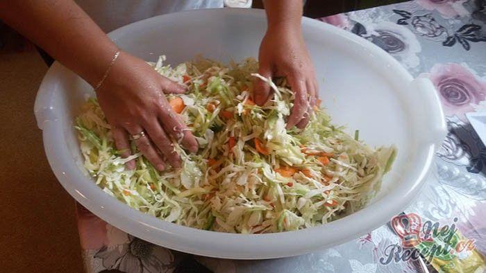 Vynikající příloha k hlavnímu jídlu, kterou si umíte připravit i bez zdlouhavého zavařování. Zvládne ho připravit i začínající kuchařka, která se zavařováním nemá žádné zkušenosti.