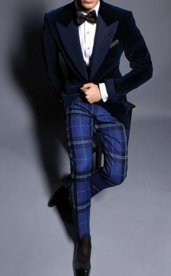 Comprar ropa de este look: https://lookastic.es/moda-hombre/looks/blazer-camisa-de-vestir-pantalon-de-vestir/15504   — Corbatín Negro  — Camisa de Vestir Blanca  — Blazer de Terciopelo Azul Marino  — Pantalón de Vestir de Tartán Azul  — Mocasín de Cuero Negro