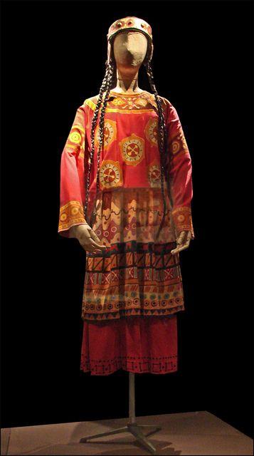 Costume pour Le Sacre du printemps (Les Ballet russes, Opéra)    D'après Nicolas RoerichCostume pour une femme rougedans le Sacre du printempsballet de Vaslav NijinskyReprise à l'Opéra de Paris, 1991Exposition Ballets russesBibliothèque-musée de l'Opéra de Paris