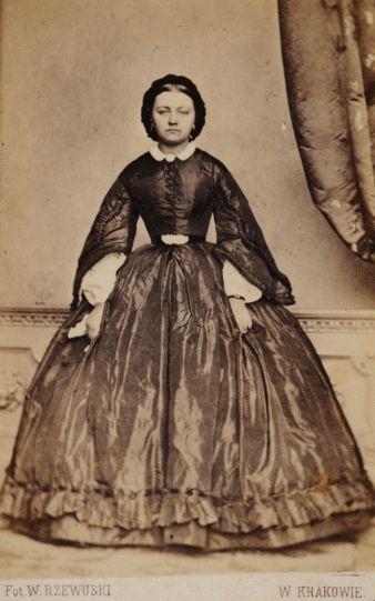 Portret kobiety w sukni na krynolinie, fot. Walery Rzewuski, 1861