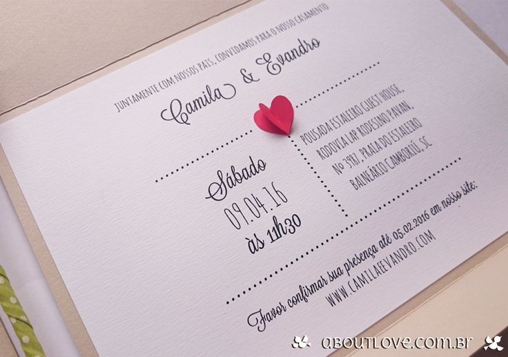 Convite de casamento artesanal com apliques de coração feitos em papel. Super romântico e delicado!  Ideal para os noivos que procuram convites originais e modernos.
