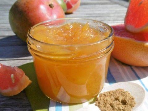 Kardemom… hoe zalig is dat in uw potje… en zeker met mango… mmm!!!   Haal uw kookpot maar boven! voor 2 potjes van 230 ml 300 g vruchtvlees van mango (zonder pit, zonder schil) 200 ml sap van rode …