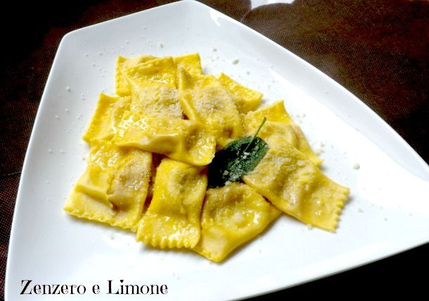 TORTELLI di ZUCCA -Per il ripieno:  -700 g di polpa di zucca cotta -50 g di amaretti -100 g di parmigiano gratt. -3 cucchiai di sugo di mostarda mantovana -noce moscata
