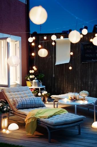 Inspiration, Garten, Terrasse, Balkon, Outdoor, Sommer, Sonne, Terrasse mit Lichterkette und Sonnenliege