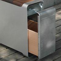 Ein Sitz-, Tisch- und Container-Möbel-Konzept aus den Alugehäusen der G5 PowerMac Rechner von Apple. Die Rechner wurden über einen Zeitraum von knapp 10 Jahren in äußerlich identischer Form produzi…