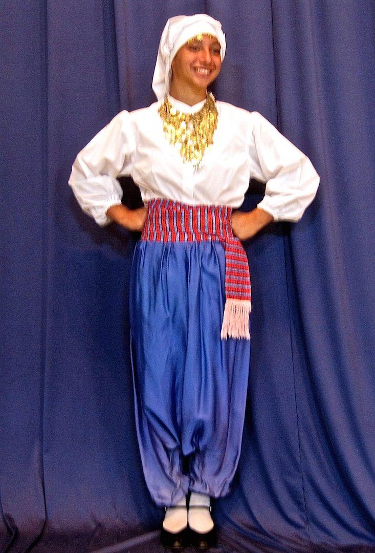 Η παραδοσιακή γυναικεία ενδυμασία της Λέσβου - The traditional women's Greek folk costume of the island of Lesbos (Mytilini).