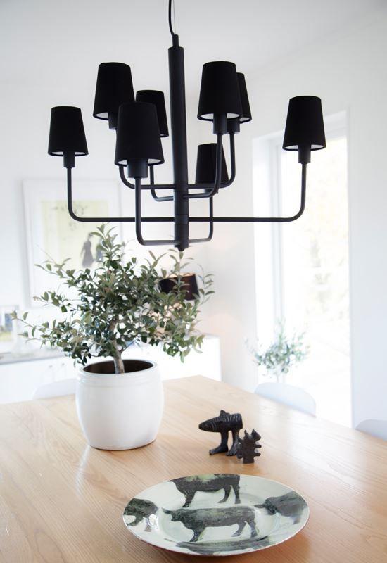 Lampan har 8 st ljuskällor. Med tanke på design och de olika ljuskällorna fastnar allas blickar direkt på armaturen. https://buff.ly/2xjseup?utm_content=buffer15822&utm_medium=social&utm_source=pinterest.com&utm_campaign=buffer