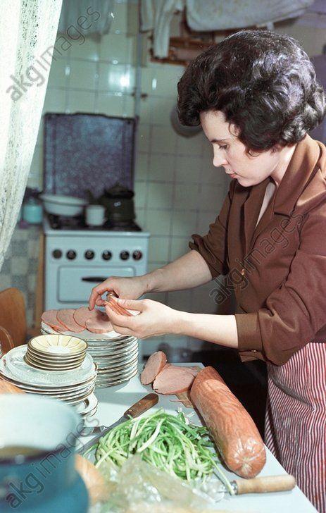 Жена космонавта №2 Германа Титова Тамара готовится ко встрече гостей