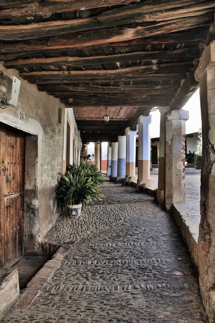 Me encantan los detalles de las calles antiguas de los pueblos españoles. Esta calle se encuentra en Cáceres.