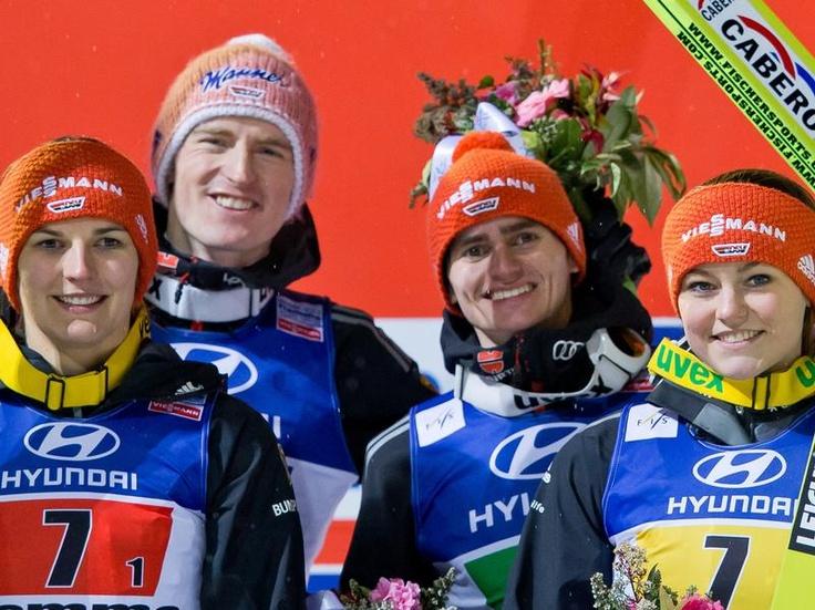 Das deutsche Skisprung-Team hat die ersehnte erste Medaille bei den nordischen Ski-Weltmeisterschaften gewonnen. Bei der Premiere des Mixed-Wettbewerbes holte die Mannschaft mit Ulrike Gräßler, Severin Freund, Richard Freitag und Carina Vogt (l-r) Bronze. (Foto: Daniel Karmann/dpa)