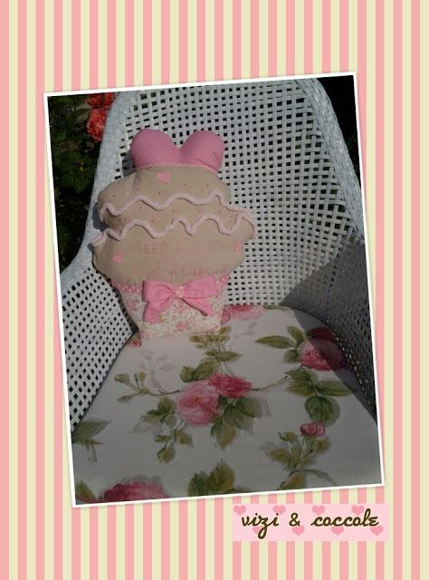LA VIE EN ROSE: Cuscino cupcake the tra le rose