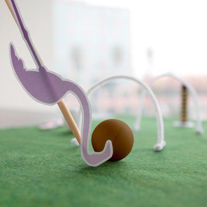 Tout comme Alice et le Chapelier fou, la Reine Rouge adore jouer. Son passe-temps favori : une bonne partie de croquet. Organisez votre propre partie de mini croquet lors de votre prochaine soirée jeux en famille. Bons moments garantis !