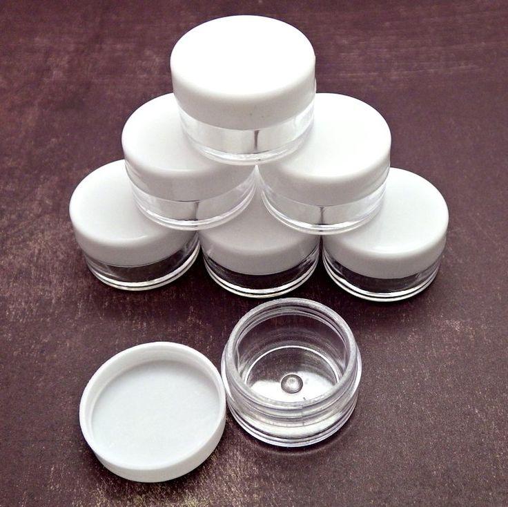 Nádobka na korálky nebo kosmetiku Plastová nádobka se šroubovacím víčkem v bílé barvě, ideální pro uskladnění drobnějších korálků nebo výrobu domácí kosmetiky (velikostně se hodí například pro balzám na rty). Vnější rozměry zavřené nádobky: 29x18 mm, vnitřní rozměry: 24x13 mm. Cena je za jeden kus. Kompletní nabídku nástrojů a pomůcek, lepidel, razítek, ...