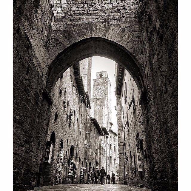 Buongiorno da San GImignano con la foto di @fabriziomolineri   San Gimignano è soprattutto famosa per le torri medievali che ancora svettano sul suo panorama che le hanno valso il soprannome di Manhattan del medioevo. Delle 72 tra torri e case-torri esistenti nel periodo d'oro del Comune ne restavano venticinque nel 1580 ed oggi ne restano sedici con altre scapitozzate intravedibili nel tessuto urbano. La più antica è la torre Rognosa che è alta 51 metri mentre la più alta è la Torre del…