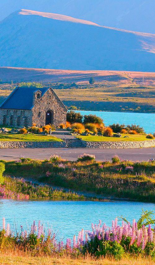La hermosa Iglesia del Buen Pastor se encuentra en las orillas del Lago Tekapo en la Isla Sur de Nueva ZelandaLa hermosa Iglesia del Buen Pastor se encuentra en las orillas del Lago Tekapo en la Isla Sur de Nueva Zelanda