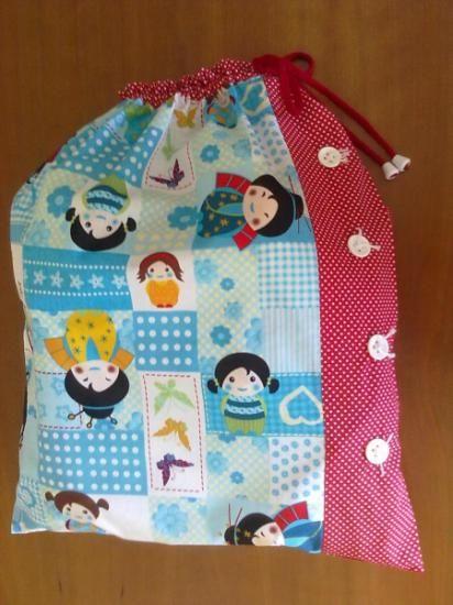 Bolsas con motivos de geishas y etiquetas personalizadas con nombres.