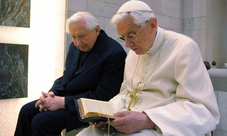 Benedikt XVI. (r.) wird am Donnerstag 88 Jahre alt. Sein Bruder Georg Ratzinger wird aus Regensburg anreisen, um gemeinsam mit ihm zu feiern. Foto: dpa