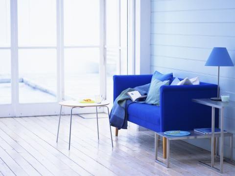 Blau macht sich nicht nur an der Wand gut, sondern auch als Farbe fürs Sofa.