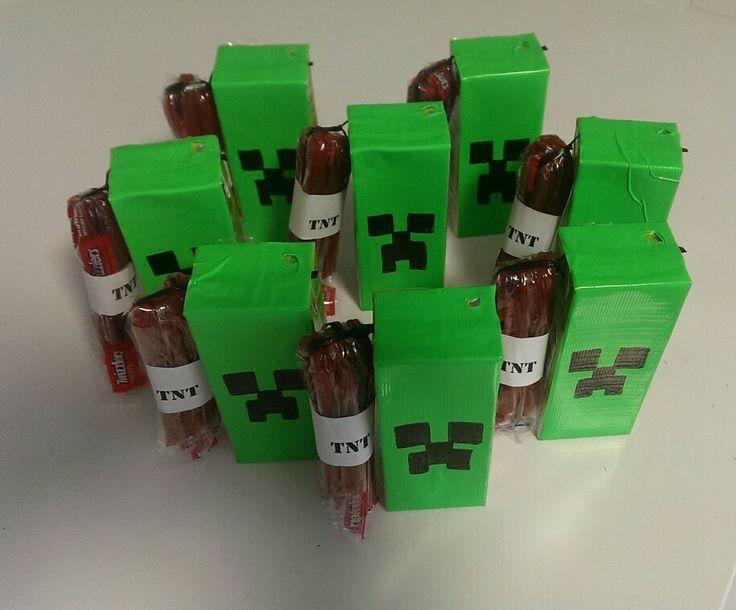 Minecraft traktatie. pakjes drinken omwikkelen met groene ducktape en creeper gezichtje erop tekenen met watervaste stift. laat gaatje voor rietje vrij. plak rietje op zijkant met plakband. Bindt 3 dynamietstaven met aardbeienveter aan elkaar boven en onder, ertussen zwarte snoepveter als lont. verpak dit in folie, wikkel erom met TNT en plak dit aan de zijkant van het pakje drinken.