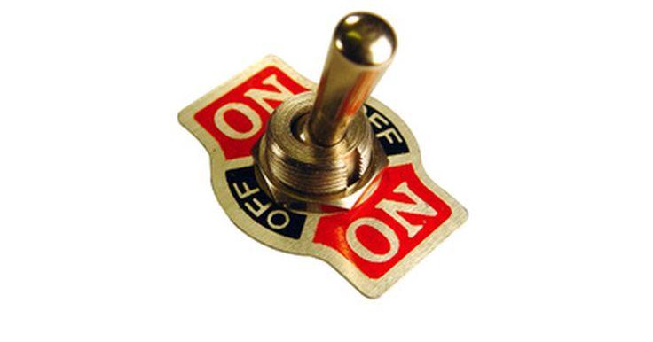 Tipos de interruptores eléctricos de 12 voltios. Los interruptores de 12 voltios se utilizan en automóviles, barcos, casas y oficinas. Por lo tanto, hay muchos estilos, formas y funciones disponibles. Hay de tamaño completo y mini interruptores, iluminados y revestidos de caucho. Los interruptores de 12 v son diferentes a los de corriente alterna, ya que los de 12 v solo suelen interrumpir el ...