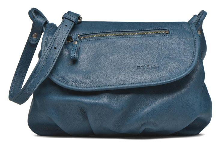 Avec son look souple, son beau cuir mat et son design chic et urbain, le sac bandoulière Jen de Nat & Nin, risque de devenir un indispensable trendy dans votre penderie.