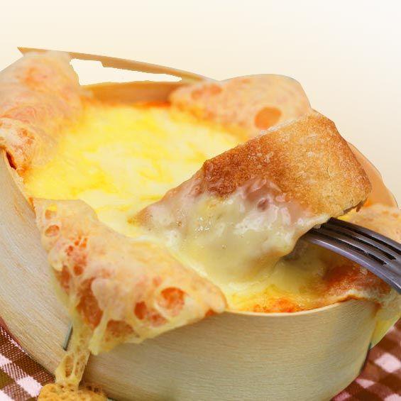 Esta receta de queso Camembert al horno es perfecta para una cena rápida o para un picoteo sencillo en reuniones de invitados.