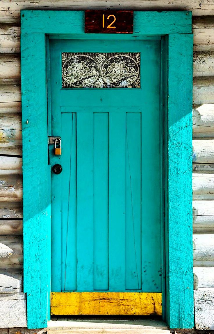 Don't know about you guys, but we'd love to find out what's on the other side of this gorgeous blue front door.