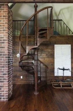 Cet escalier de fonte (boutique L'Authentique) mène à un petit dortoir aménagé dans la mezzanine. Il servait autrefois d'escalier de service dans un... (Photos Édouard Plante-Fréchette, La Presse)