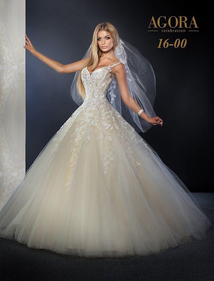 Agora 16-00, collectie 2016. Agora heeft een grote naam in de bruidswereld zeker als het om exclusieve en extravagante trouwjurken gaat. Deze jurk in prinsessenstijl heeft een prachtig lijfje met een mooi decolleté. De kant loopt in punten door over de extra wijde tule rok. Een korte sluier pas er uitstekend bij. #extravagant #exclusief #gipsy #prinsessenstijl #agora #koonings