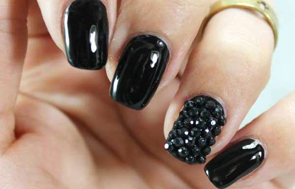 Uñas decoradas de color negro, uñas decoradas color negro gel.  Follow! #uñasdecolores #corunhas #uñaselegantes