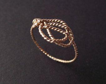 Llena de amor nudo anillo oro. Anillo nudo por NestedYellow en Etsy