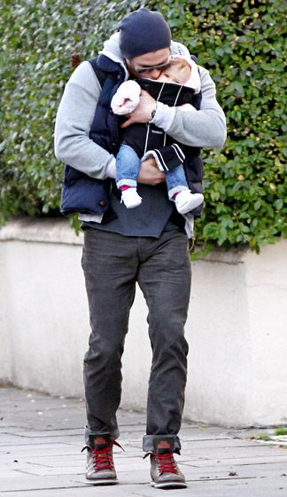 Now this is sexy! Chris Hemsworth kissed his 6-month-old daughter while strolling through London Dec. 2.