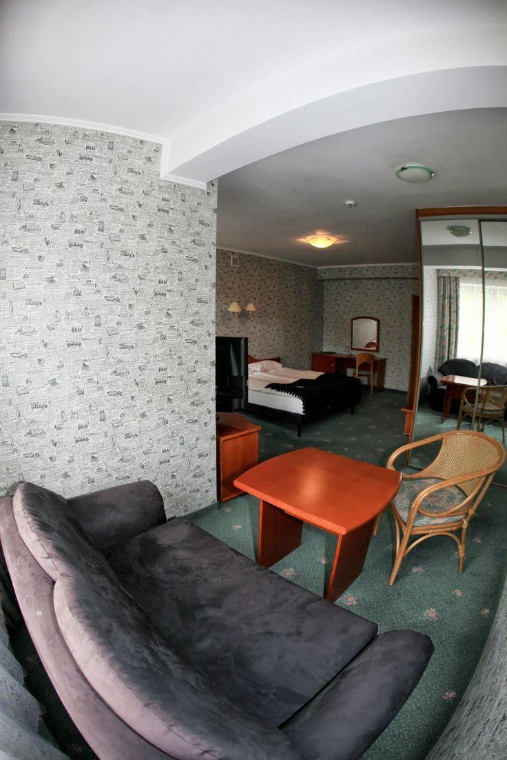 Jeden z naszych dwuosobowych pokoi w Montemarco. W każdym pokoju jest mnóstwo dobrej przestrzeni do wypoczynku i do pracy.