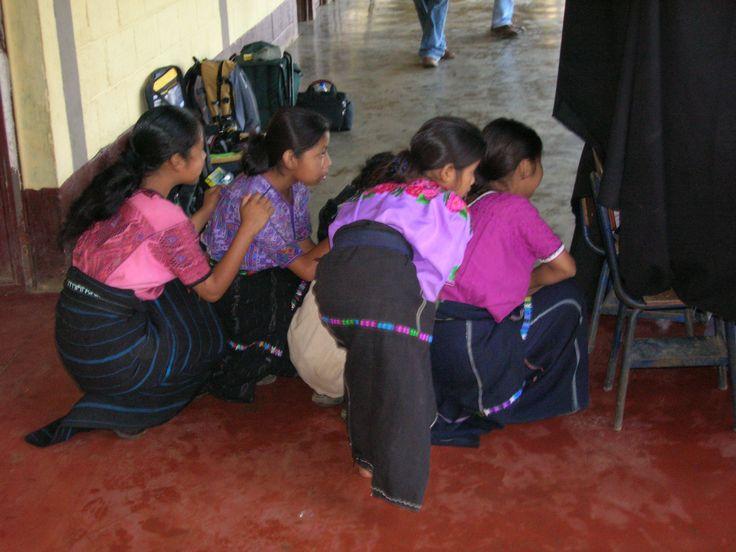 Curiosidad infantil en Guatemala