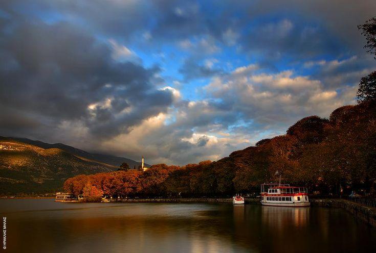 Λίμνη Ιωαννίνων (Παμβώτιδα): Σημείο αναφοράς της πόλης, γεμάτη γοητευτικούς θρύλους που νίκησαν τον χρόνο. Αυτονόητη η επίσκεψη στο Νησί της κυρά Φροσύνης (10΄με καραβάκι από τον Μώλο), ένα από τα ελά