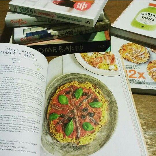 Lekker bladeren door onze kookboeken. Love it.