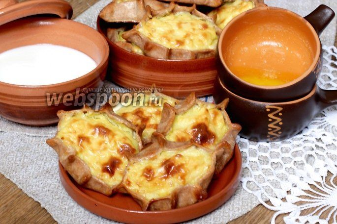 Карельские пирожки  Национальная карельская кухня — это своеобразный симбиоз старорусской кухни и кухни северной Европы. В меню ресторанов можно найти особенно много общего с блюдами ближайших соседей карелов-финнов и эстонцев.   Калитка — род открытого маленького пирожка, типа ватрушки, зачастую продолговатой, круглой или многоугольной формы. Начинкой для калиток являются каши, а также картофель или ягоды.  Утверждают, что такие пирожки изготавливались уже в IX веке, то есть ещ\ до…