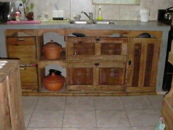 Bajo mesada con palets ideas para el hogar pinterest for Cortinas de cocina hechas