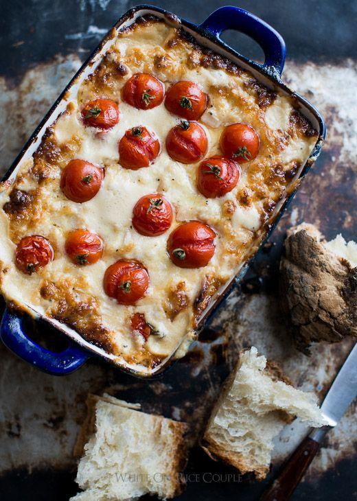 La inmersión en caliente lío: tomate asado y cebolla dulce inmersión del queso en WhiteOnRicecouple.com