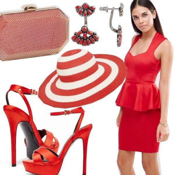 Abito rosso con scollo a cuore e peplo, cappello a righe con tesa larga, sandalo con tacco alto con cinturino alla caviglia, clutch in metallo color oro e smalto rosso, orecchini con pietre rosse.
